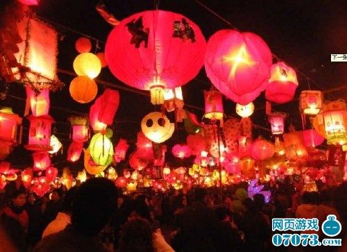 还有护城河里的荷花灯,道路旁的蘑菇灯,小巧可爱的兔子灯.